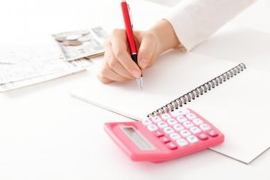 家計簿をつける主婦イメージ