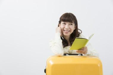 スーツケースで笑顔の女性