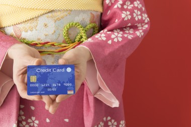クレジットカードを持つ着物の女性