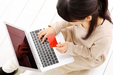 インターネットショッピングをする女性
