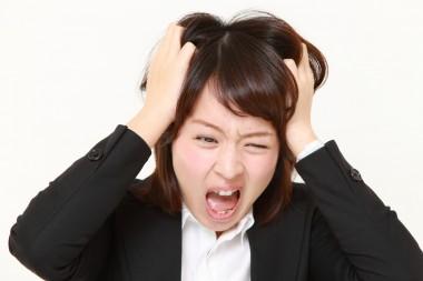 悲鳴を上げる女性