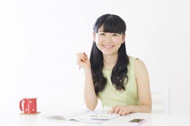 家計簿にチャレンジする若い女性