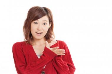 真っ赤なカーディガンを着た可愛らしい女の子
