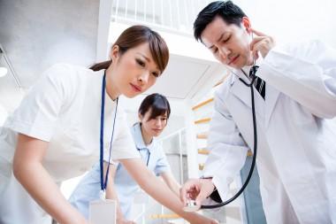 医療行為をする看護師と医師